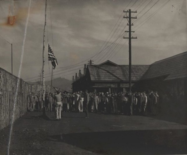 1087px-Flag_Raising_After_POW_Camp_Liberation_1945_9044196508-640x530