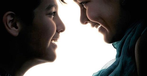 画像 微笑む人々の「すきま」に目を凝らすと…意味がわかると唸るポスター
