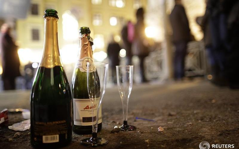 Empty champagne bottles and glasses are pictured  during a New Year's Eve celebrations in Vienna December 31, 2012. REUTERS/Lisi Niesner (AUSTRIA - Tags: SOCIETY ANNIVERSARY) - RTR3C0DE