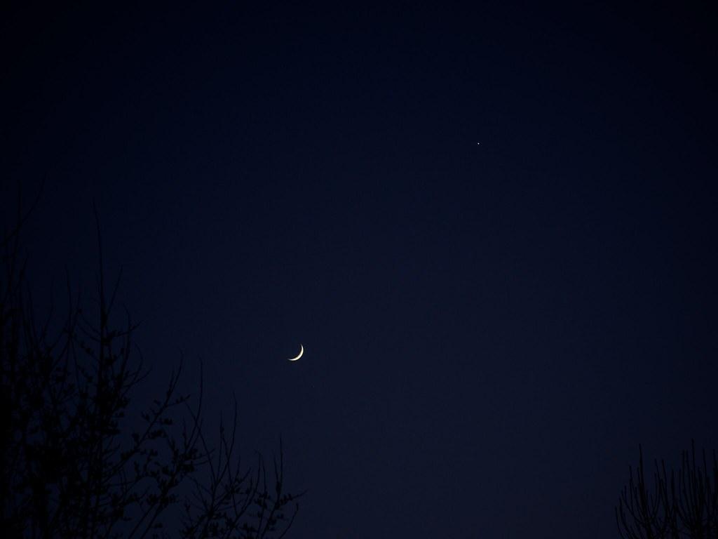 Blue Sky 3d Wallpaper Small Moon Venus And A Big Sky Deep Blue Sky Crescent