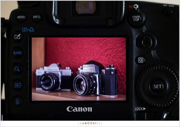 De kleurenfoto op het scherm van de camera ter controle. Dat rood leidt wel af al;s we een zwartwit foto willen maken.