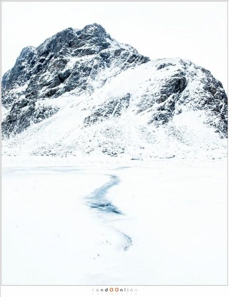 Bijna verborgen onder de sneeuw, de weg van het water door een dal van detail ontbeert. Eenvoud.