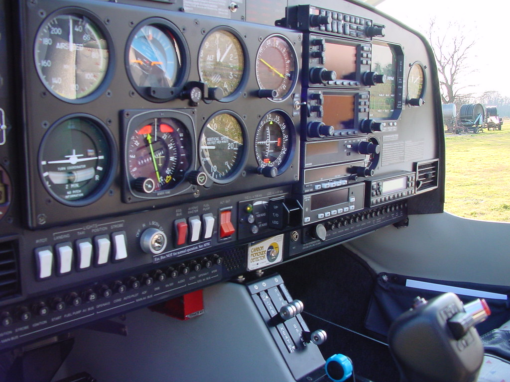 Club 88 Dsc01932 | Cockpit Del Diamond Star Da40 Marche Oe-kpw