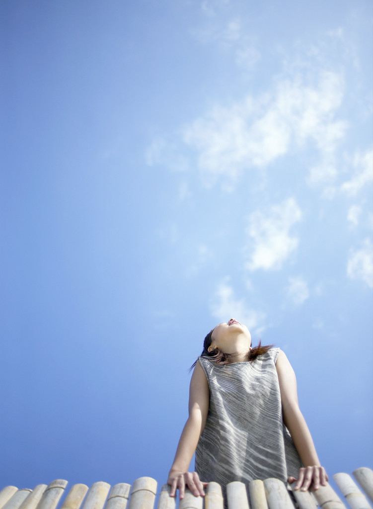 Girl Looking At Sky Wallpaper Girl Looking To Sky Kz4lb Girl Looking At The Sky