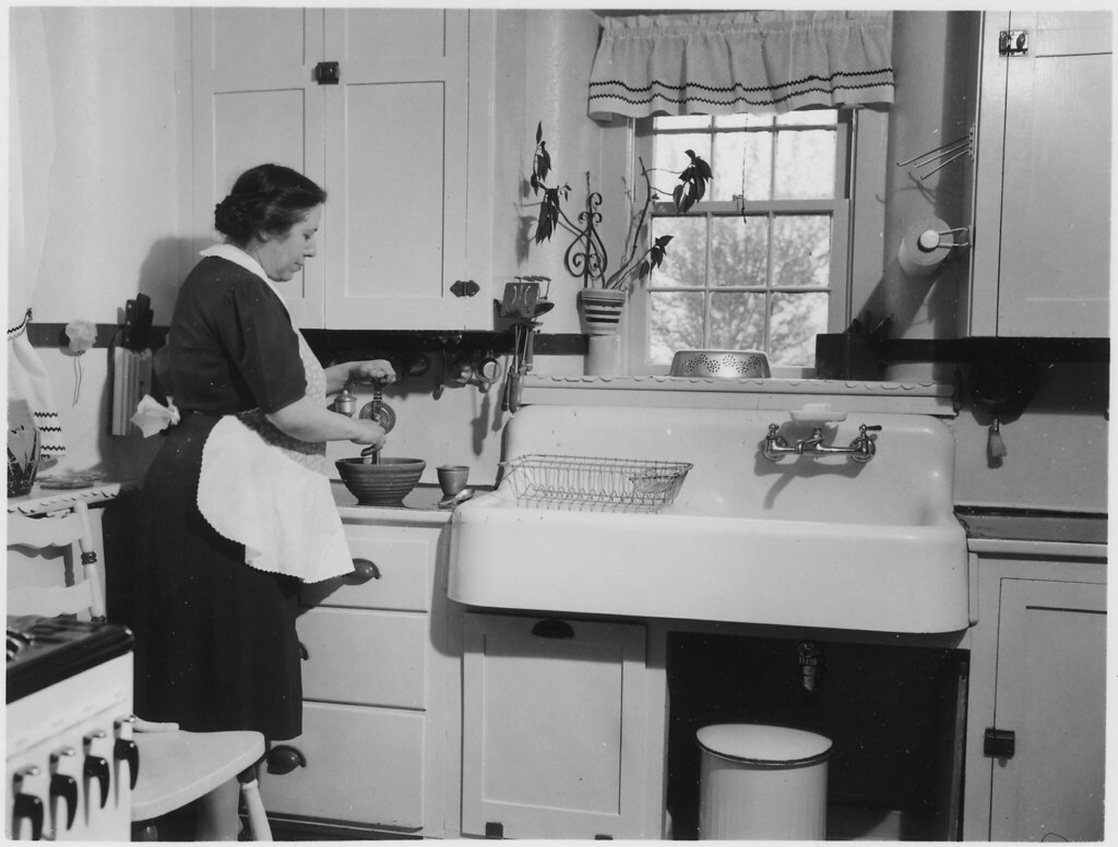 Vintage Schürze Küche Woman Cooking In A Kitchen Note No Original Caption