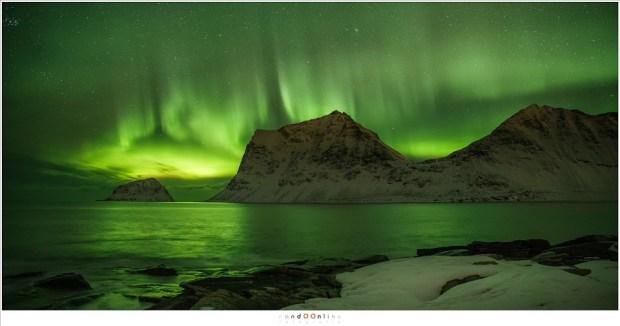 Het Noorderlicht gezien vanaf het strand van Vik.