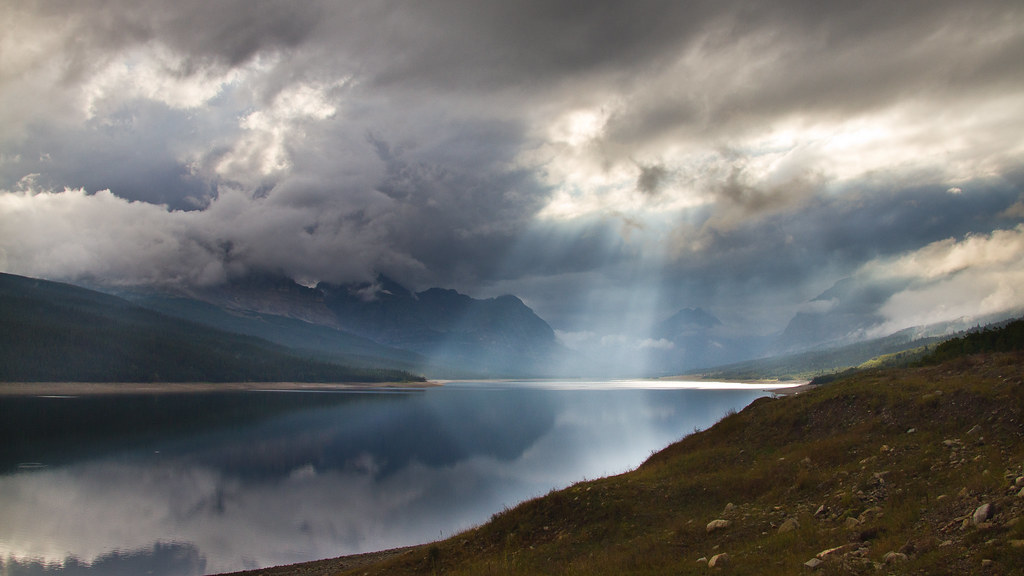 4k Wallpaper 3d National Geographic Heavenly Light A Thunderstorm Parts Above Lake Sherburne