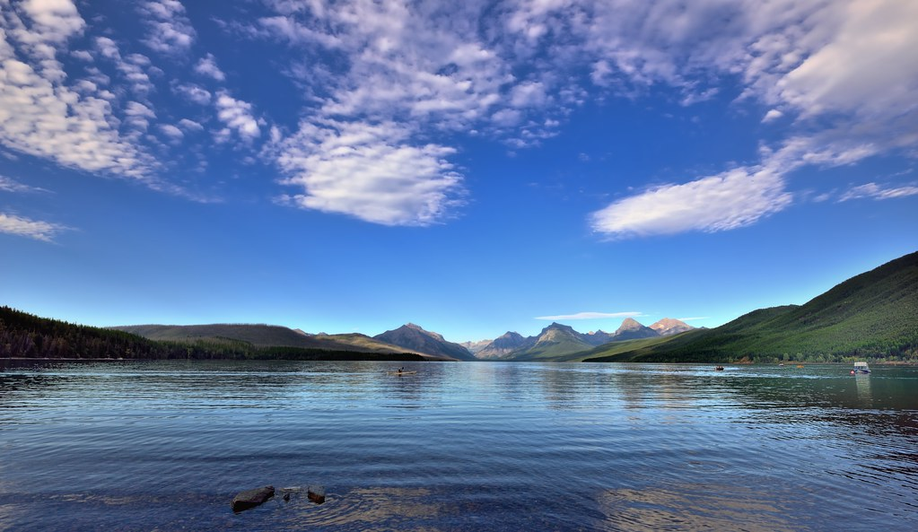 Free 3d Scenic Wallpaper Blue Skies And Clouds Around Lake Mcdonald And Mountains