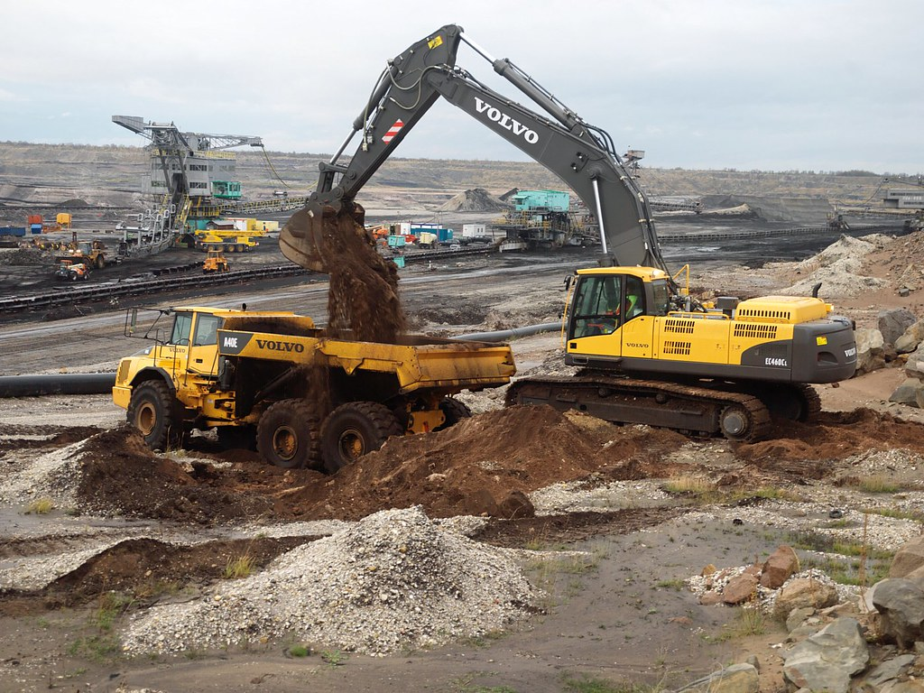 3d Moving Wallpapers For Mobile Volvo Ec460c Excavator Loading Truck The Volvo Excavator