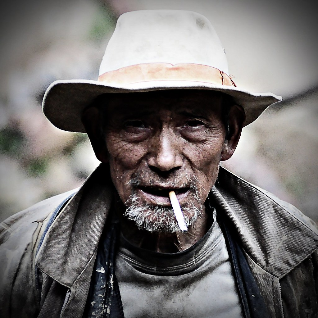 Smoking 3d Wallpaper Old Smoker The Brother Of The Old Rock Throwing Tibetan