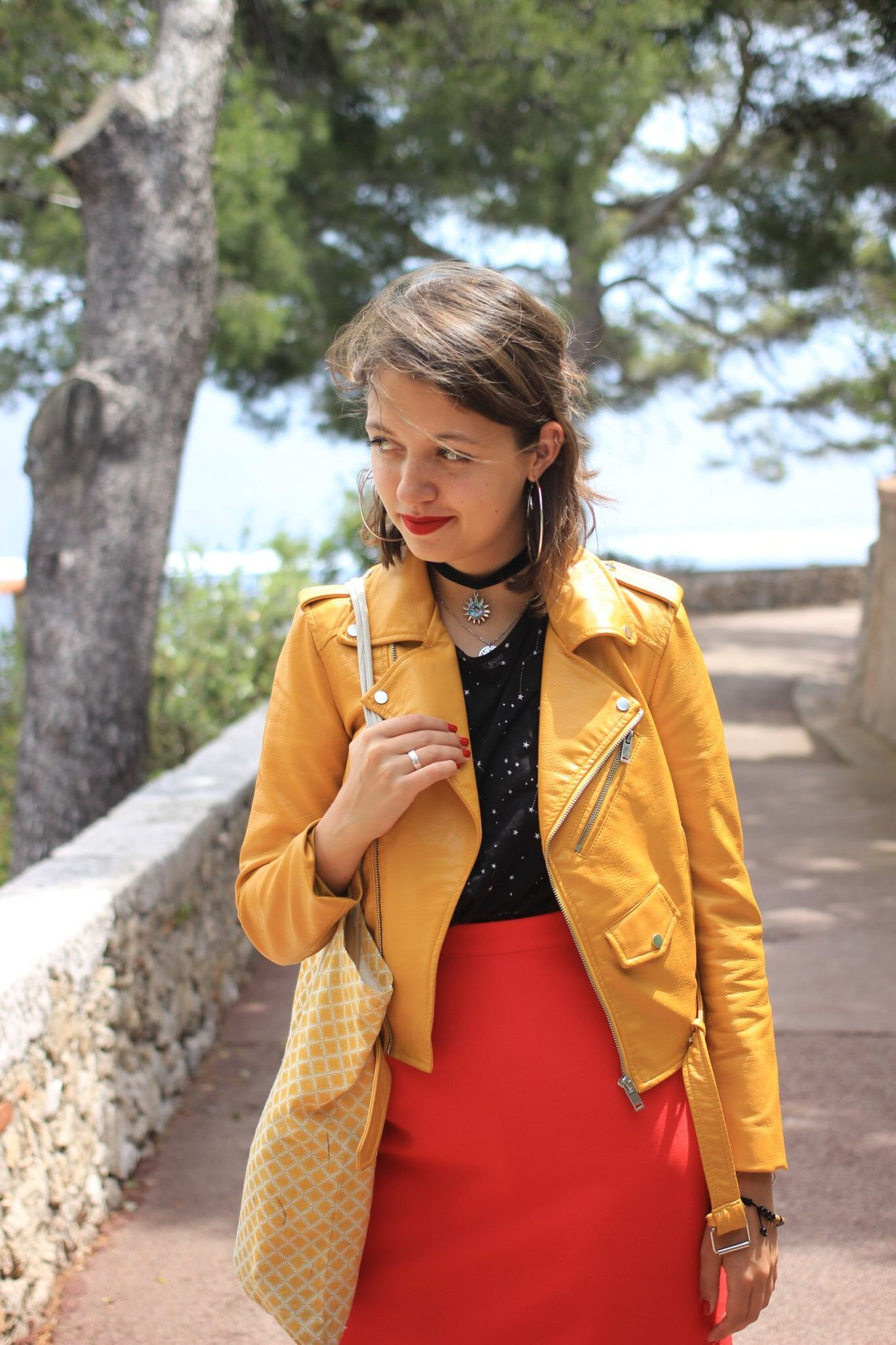 7-tenue-jaune-rouge-collier-ras-de-cou