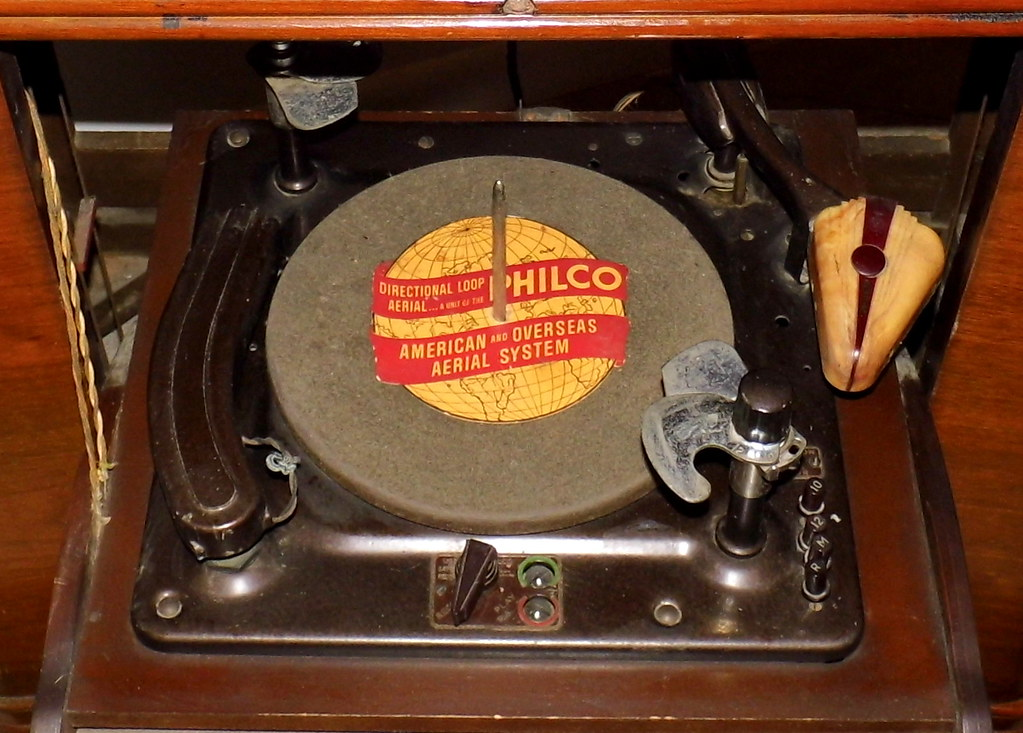 Vintage Philco Console Radio With Phonograph And Record Cu
