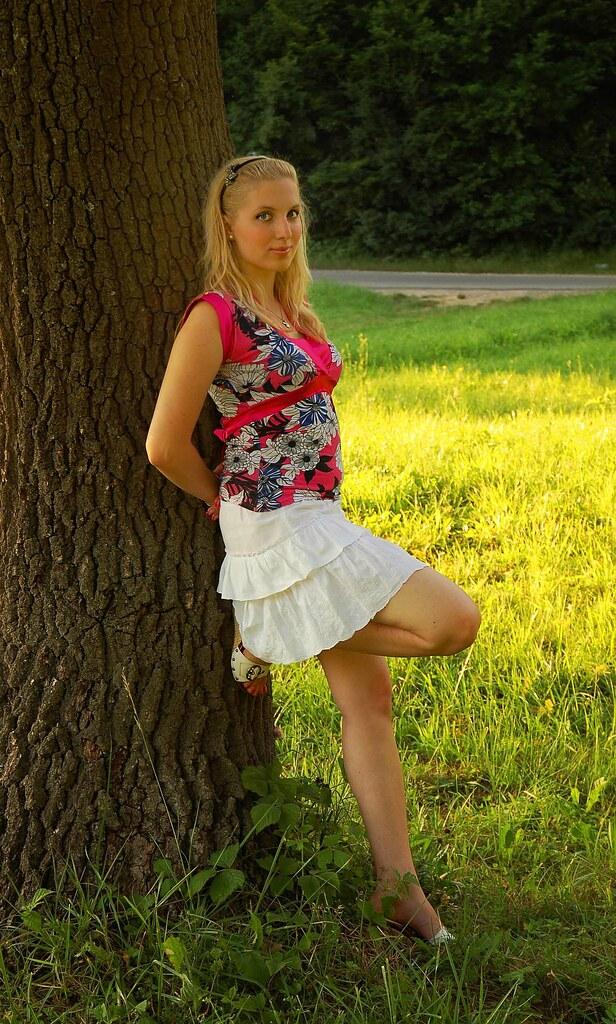 3d Beautiful Girl Wallpaper Hd L 225 Ny A F 225 N 225 L Girl At The Tree Modell Patri M 225 Ty 225 S