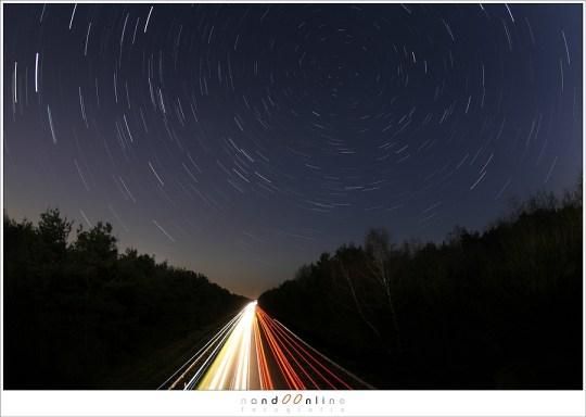 Lang belichten betekent beweging vastleggen. In dit geval niet alleen de verlichting van auto's, maar ook de beweging van de sterren.