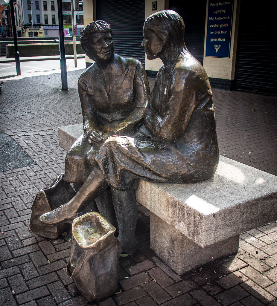 3d Street Wallpaper Two Women Quot The Hags With The Bags Quot Visitors To Dublin In
