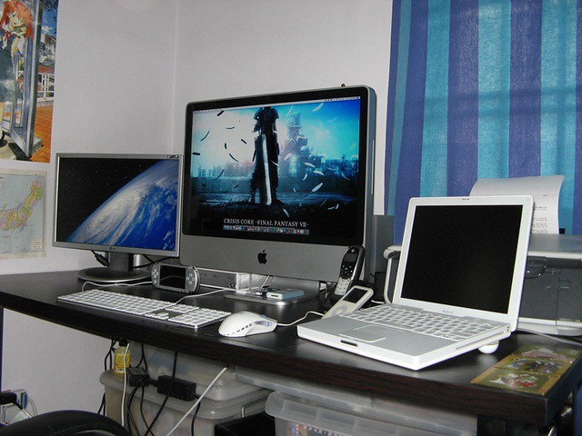 3d House Wallpaper Imac Setup 280907 011 Jpg From Left Lg 19 Quot Widescreen