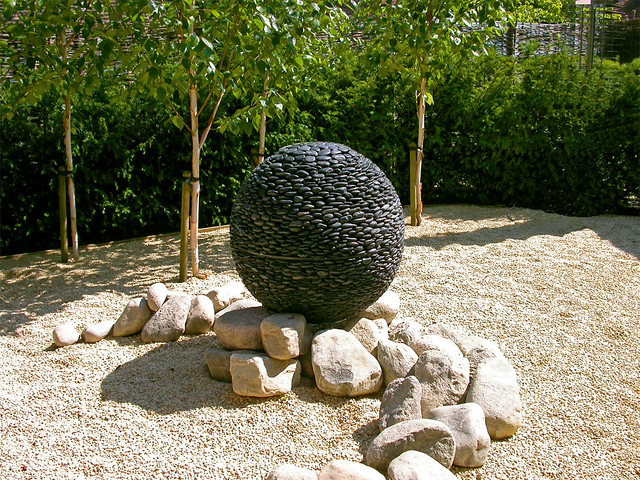 Beetgestaltung Ideen Garden Sphere | Dark Planet Garden Sphere Made Of River