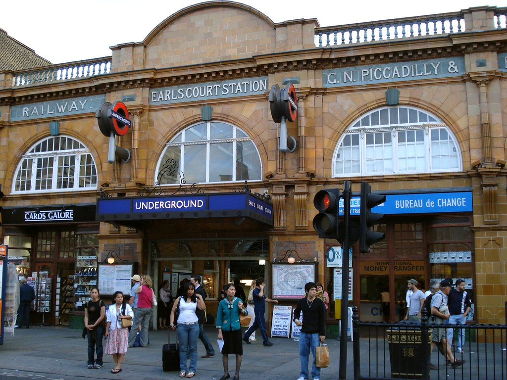 Entry7 Earl S Court Station Zone 1 2 Tube Station On The