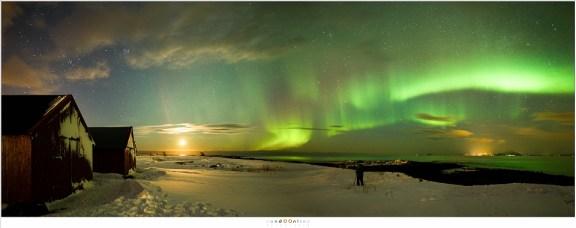 Panorama van twee losse opnamen van het strand in Straumnes, Laukvik. De maan geeft voldoende licht om het landschap te verlichten.