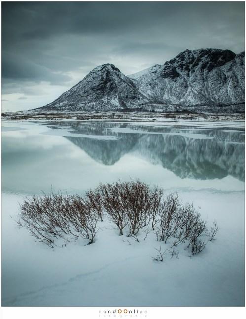 Een land gevangen in de winter, in diffuus licht onder een dik wolkendek. Vredig, rustig, maar in staat om binnen een uur om te slaan in de woeste wildernis van weer en wind.