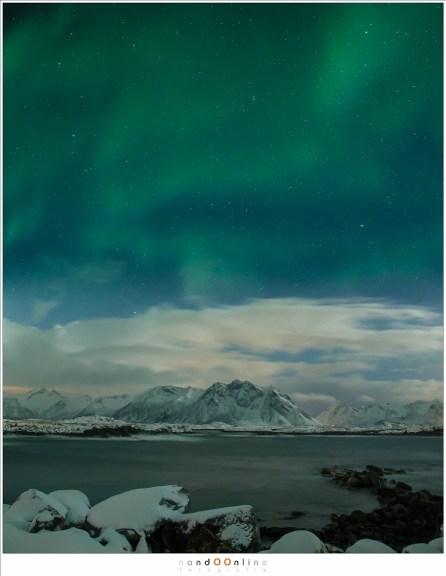 De vage gloed van het Noorderlicht, de Aurora borealis, boven de wateren van de Noorse zee. Met het oog vaag en onduidelijk, maar niet voor de gevoelige sensor van de camera.