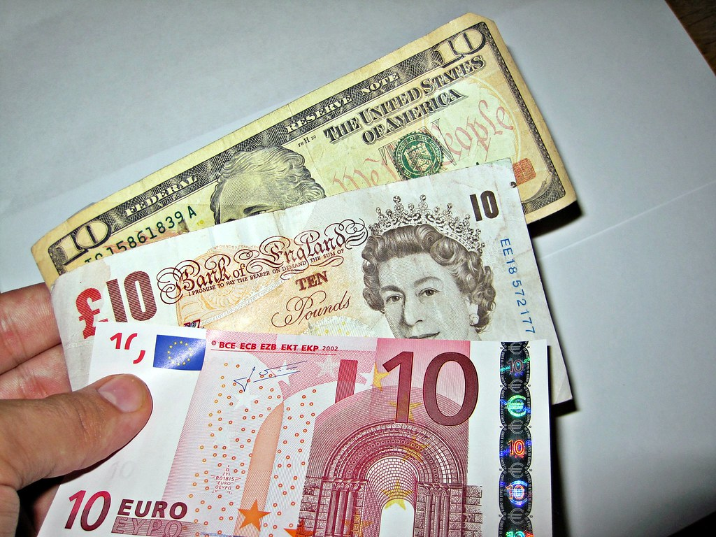 Cambio Moneda Libras A Euros Currency Exchange A Person Holding Three Different