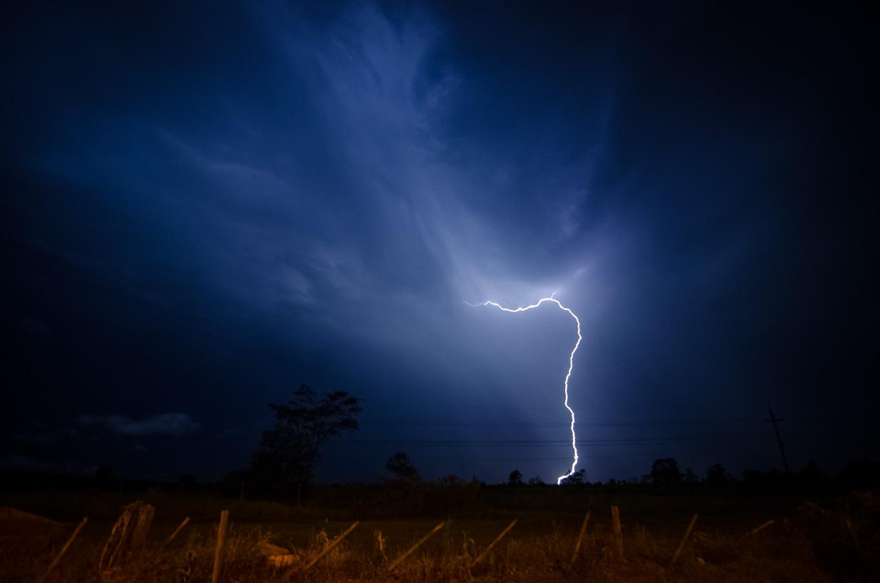 Una tormenta pasó por Caacupé en la noche del 7 y 8 de Diciembre sin embargo no varió la afluencia de gente en las calles y alrededor de la Iglesia de Caacupé. (Elton Núñez).
