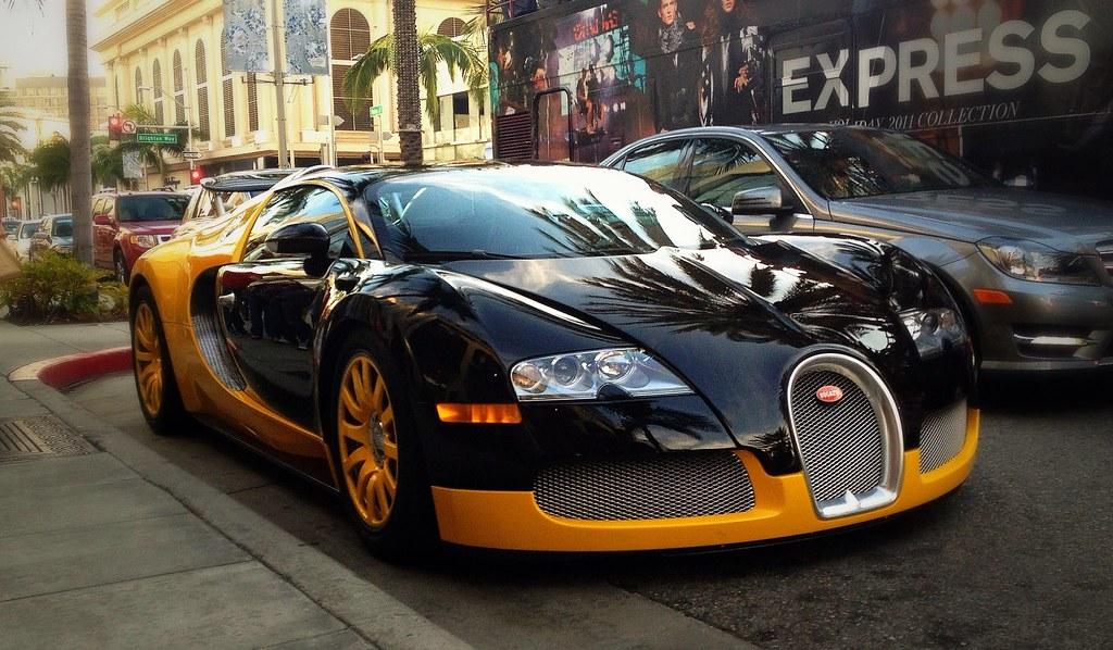 Bugatti Veyron 3d Wallpaper Yellow And Black Bugatti Veyron On Rodeo Drive In Beverly