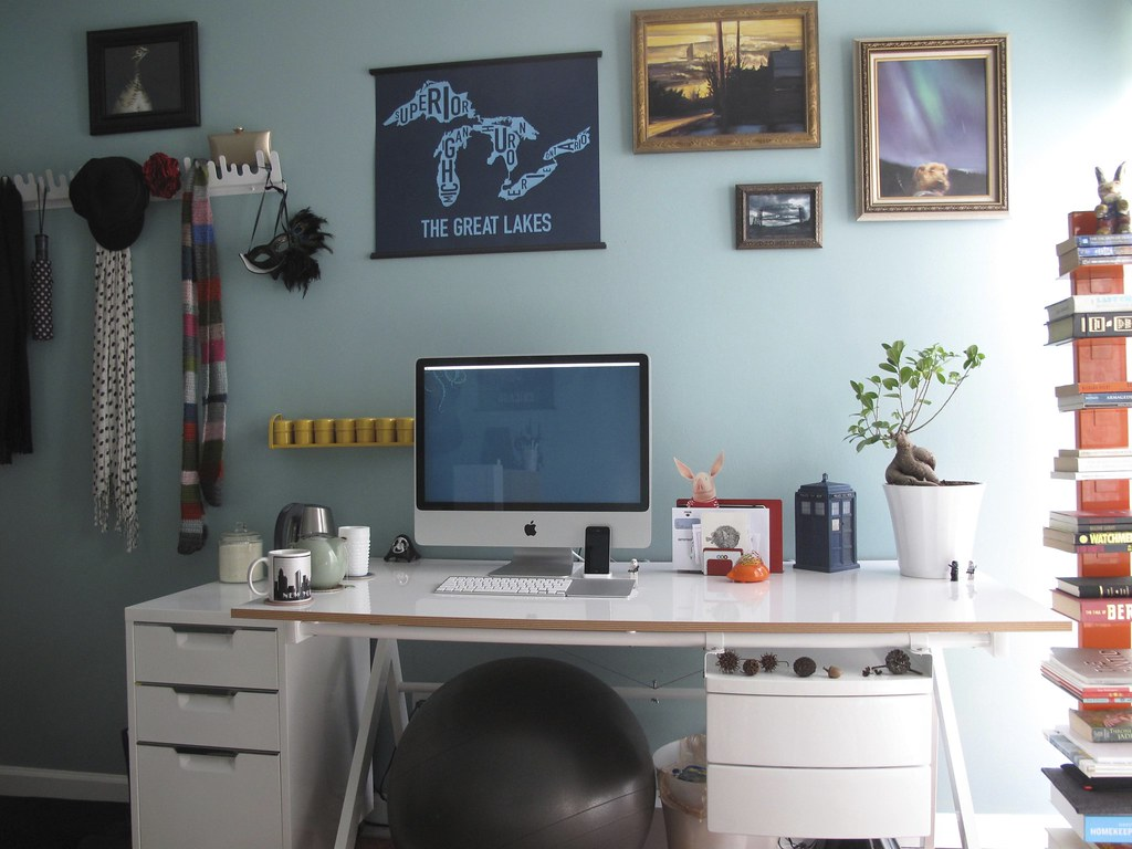 Casier Kallax Slightly More Minimal Desk Setup | According To Lifehacker