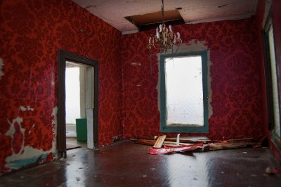 Red Wallpaper in Living Room | Rehabbing an old house from t… | Flickr