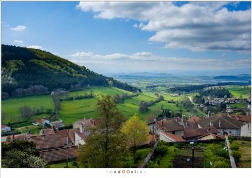 Uitzicht over de Auvergne vanaf de ruïne La Potence in Allègre. Links ligt de vulkaan Mont Bar