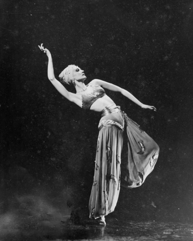 Valrene Tweedie as an Odalisque in 'Scheherazade', Chicago, Ballet Russe de Monte Carlo, 1947-48 / Maurice Seymour