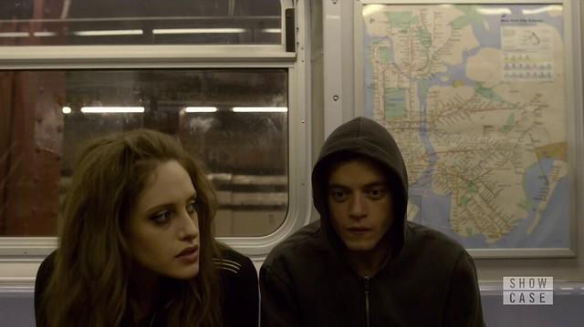 Mr. Robot: Elliot e Darlene, sentados lado a lado no vagão do metrô.