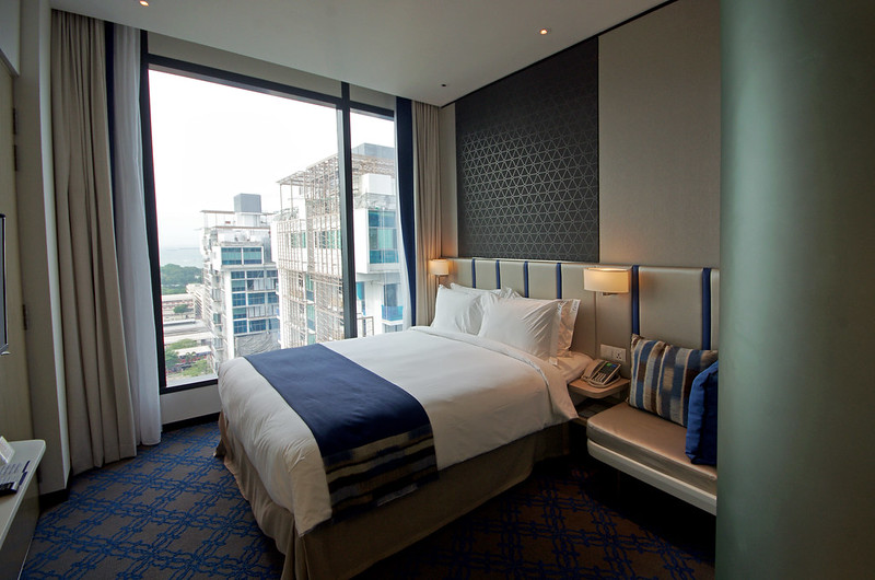 queen room of holiday inn express singapore katong