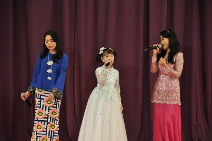 Wani Kayrie, Yoyo dan Syuhada membuat persembahan lagu Senyuman Di Pagi Raya.