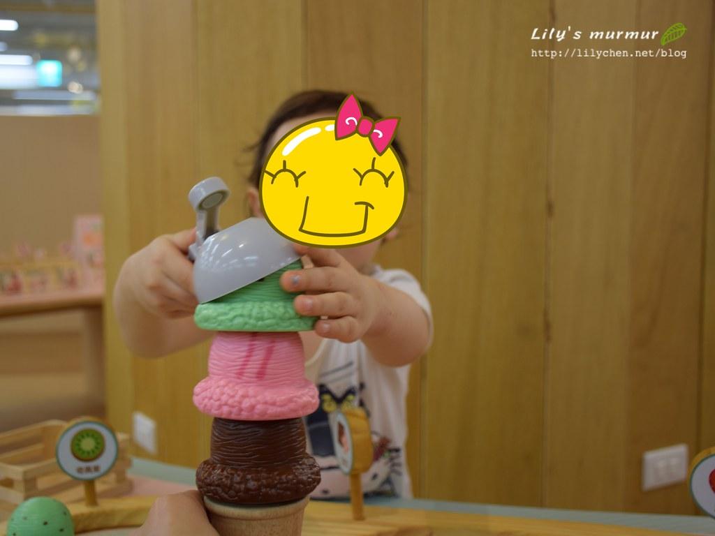 小妮正在賣冰淇淋給我吃呢~!