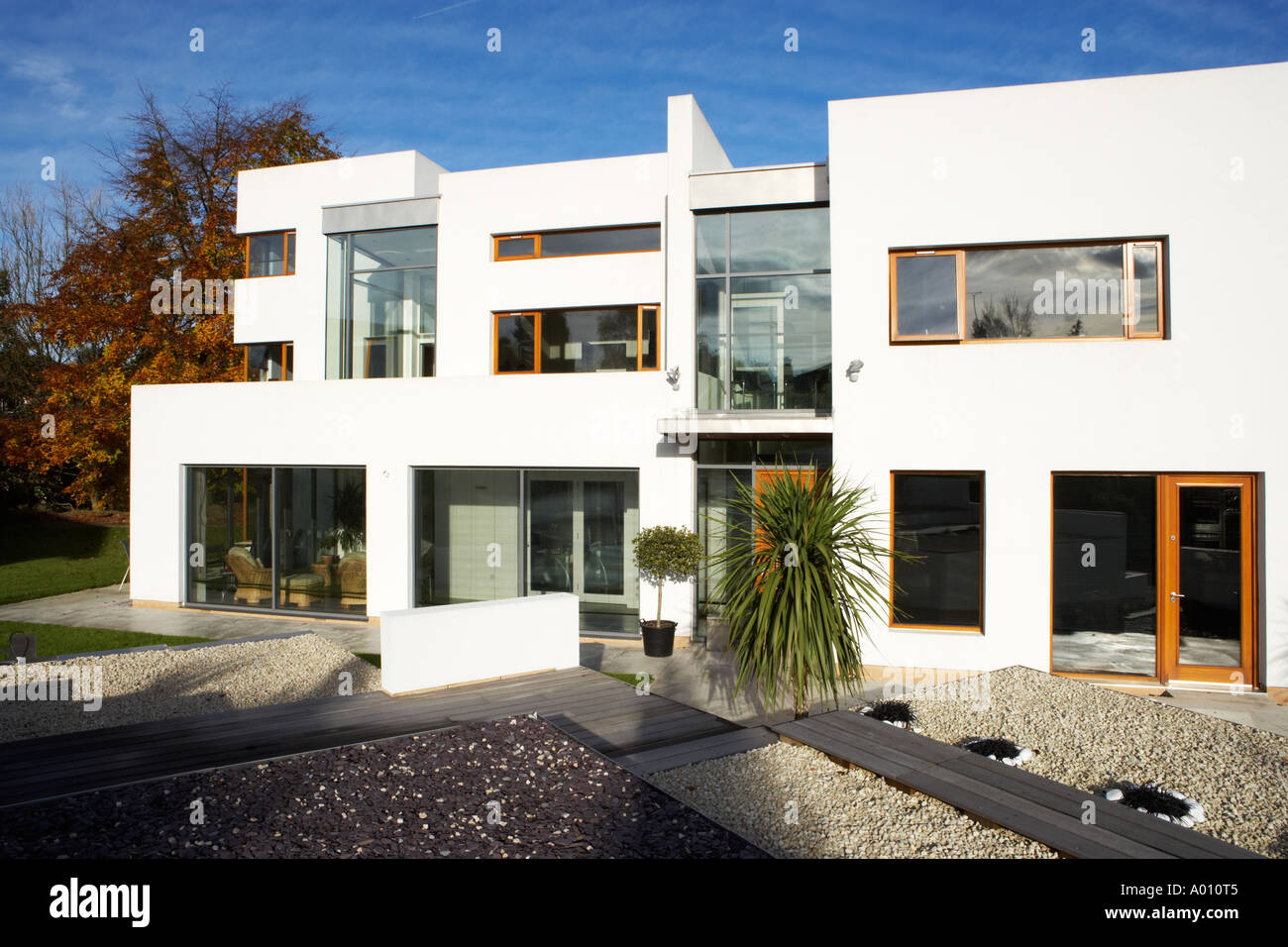 Patio Moderne Modern Art Deco Style House With White Gravel Garden And Large