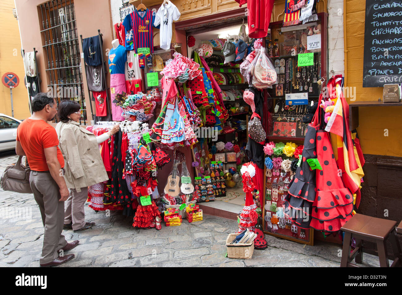 Sevilla Winkelen Tourist Shopping At Souvenir Shop Seville Spain Stock