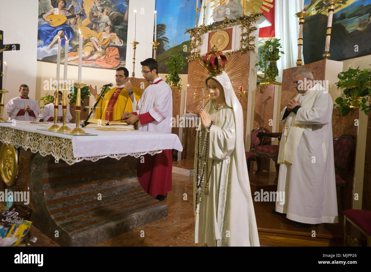 Canapé Italien St Priest Priest Celebrating Catholic Mass Stock Photos And Priest