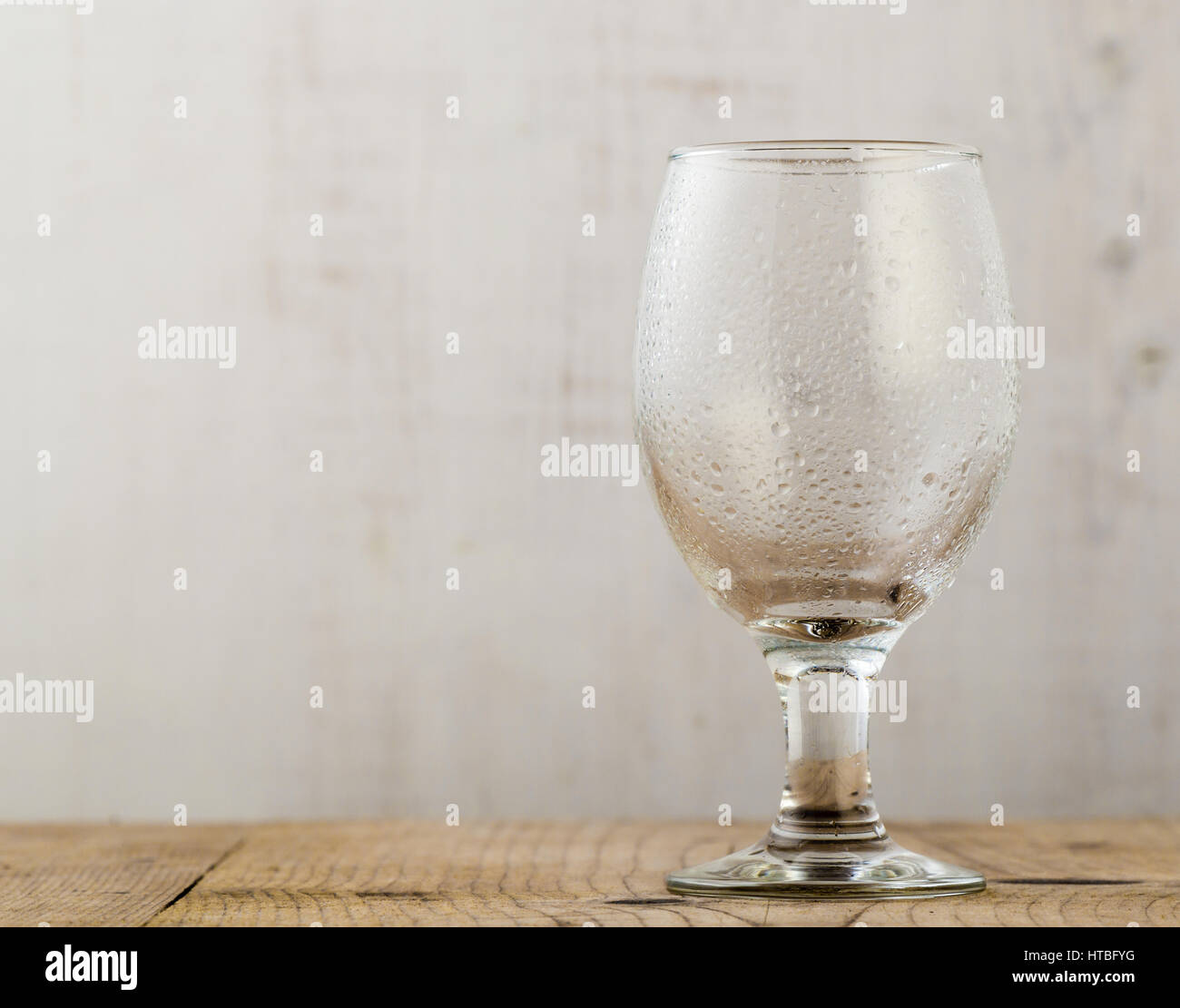 Holztisch Glas Empty Beer Glass On Table Stockfotos And Empty Beer Glass On