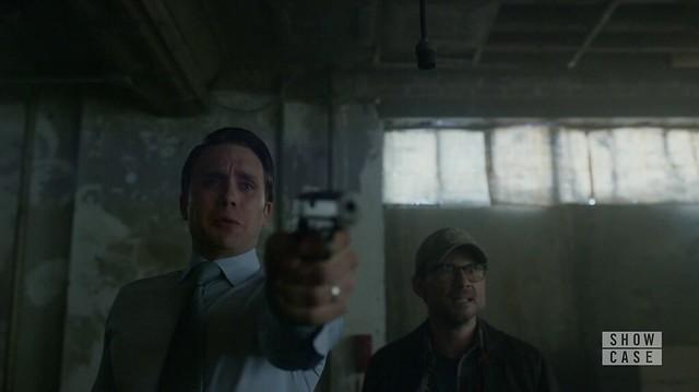 Mr. Robot: Tyrell apontando a arma com Mr. Robot nervoso, ao lado