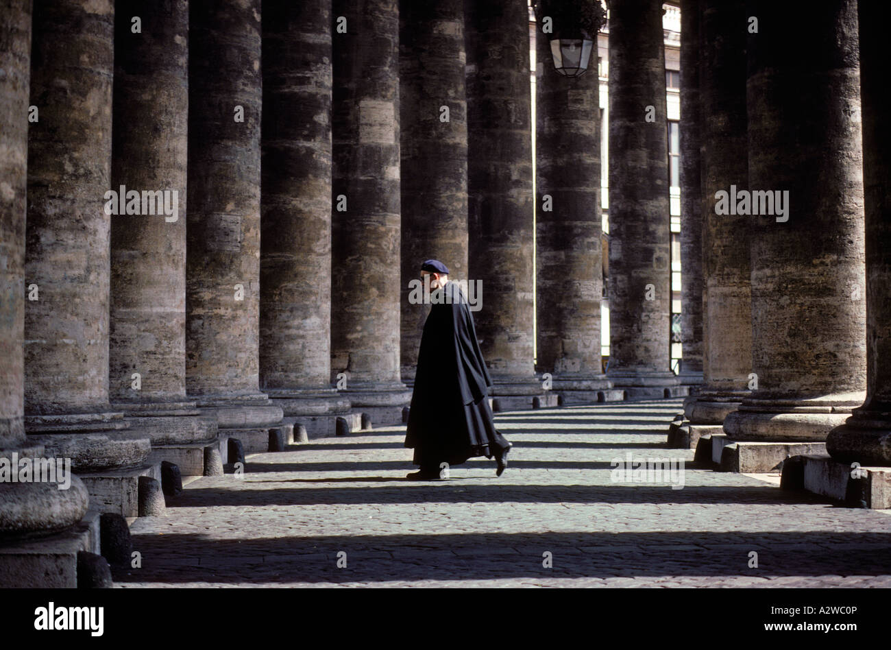 Canapé Italien St Priest Italy Rome Vatican City Priest Walking Through The