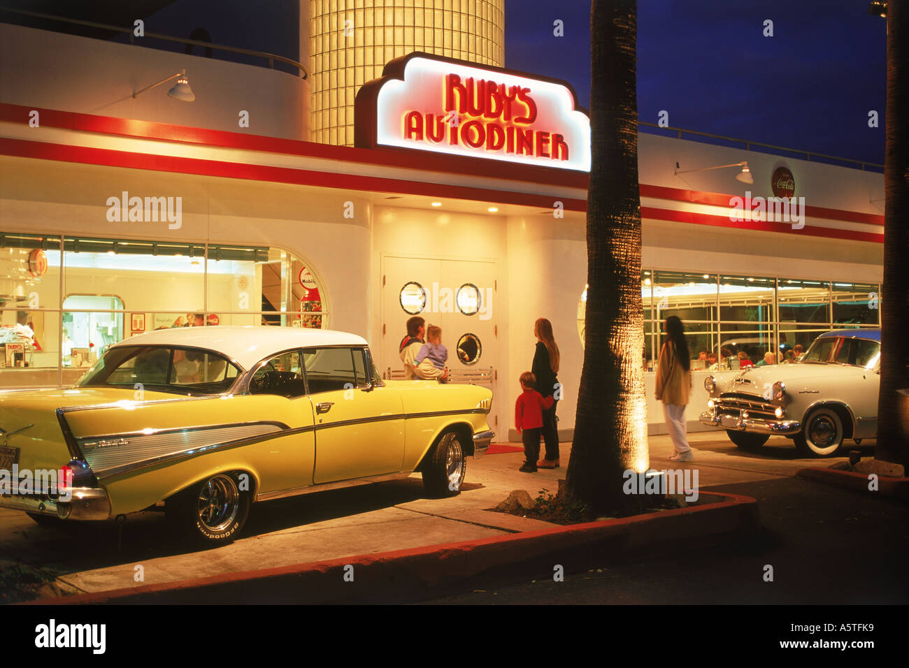 Classic Muscle Car Mobile Wallpaper Auto Diner At Night With Old Classic American Cars In