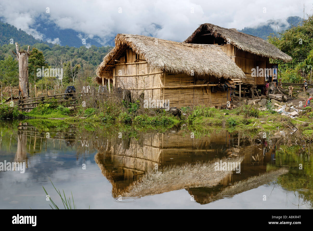 Einfaches Holzhaus Traditional Rawang House, Kachin State, Myanmar Stock