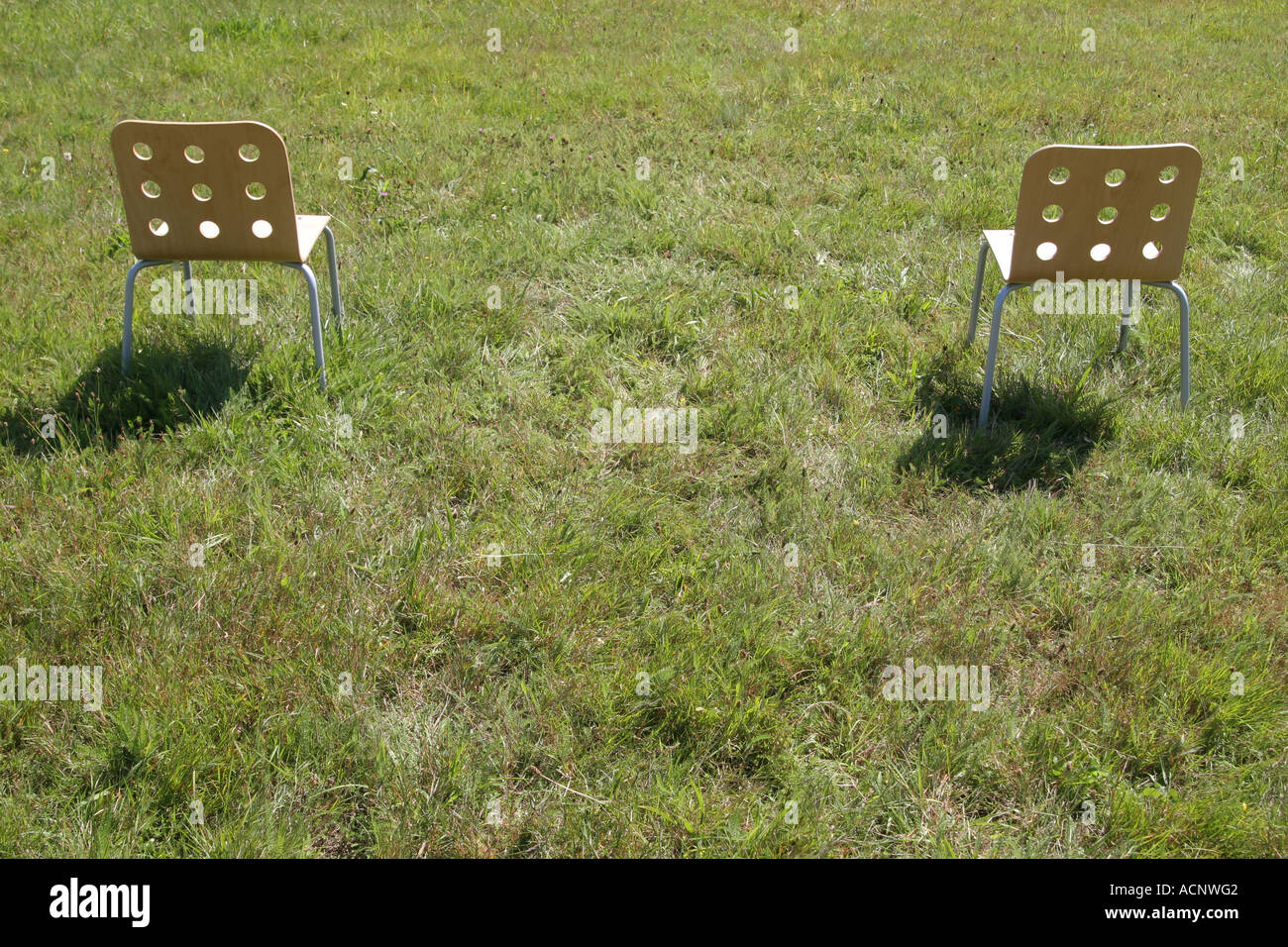 Grüne Küchenstühle Chairs On The Meadow Stühle Im Grünen Stock Photo 7543745 Alamy