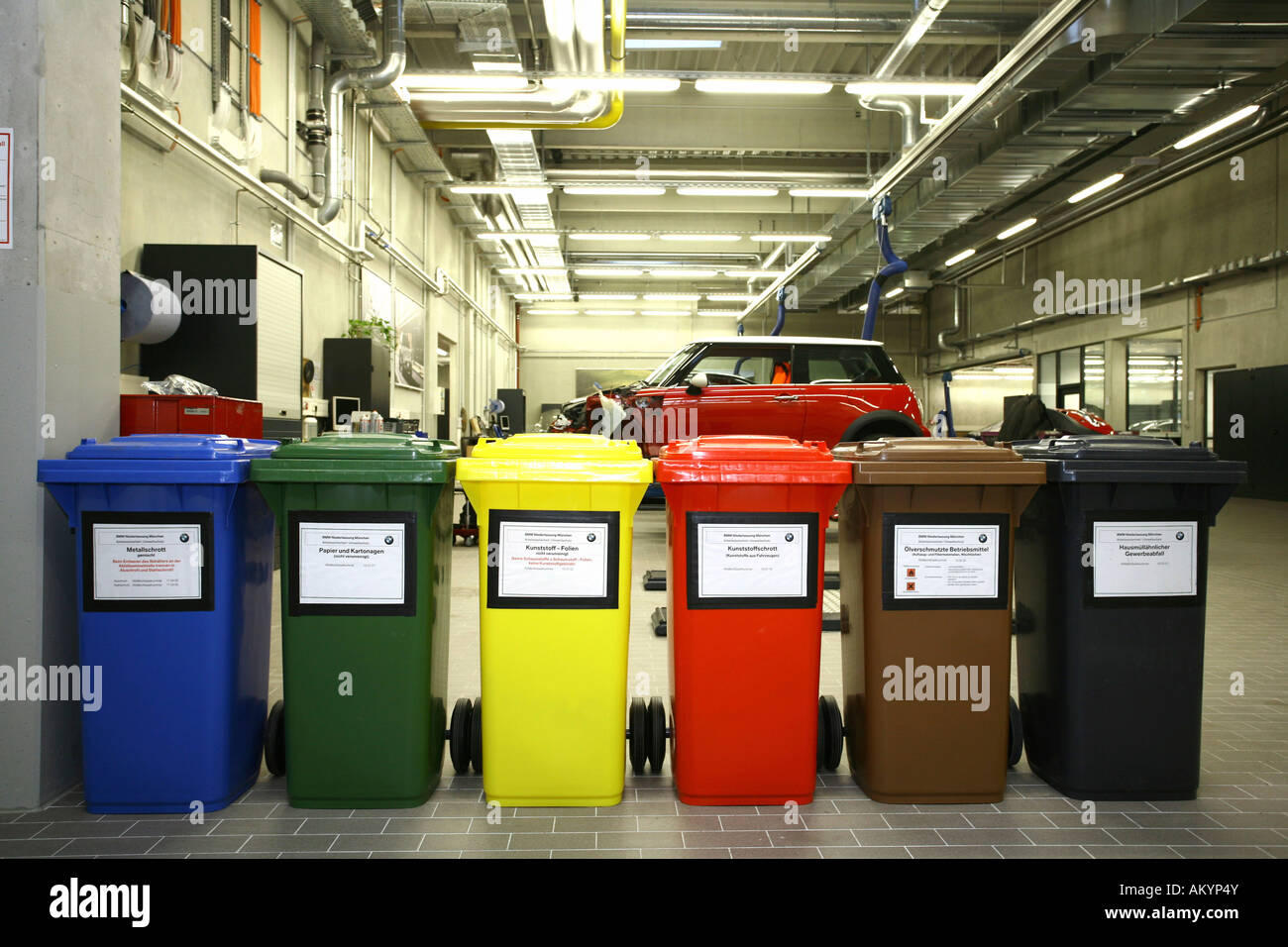 Mülleimer Garage Recycling Containers In A Garage Stock Photo 15101018 Alamy