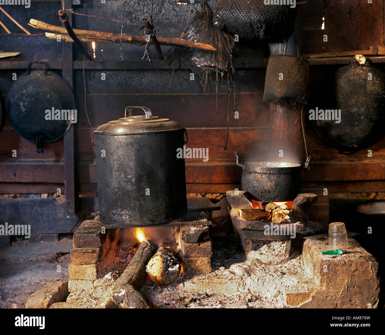 Laotische Küche Traditional Open Fire Oven Smoke Stock Photos