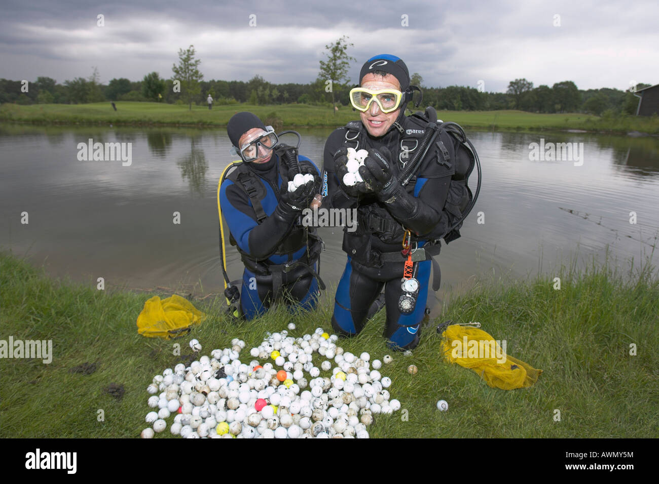 My Ebay Verkaufen Divers Harvesting Golf Balls From A Lake At A Golf Course To Sell