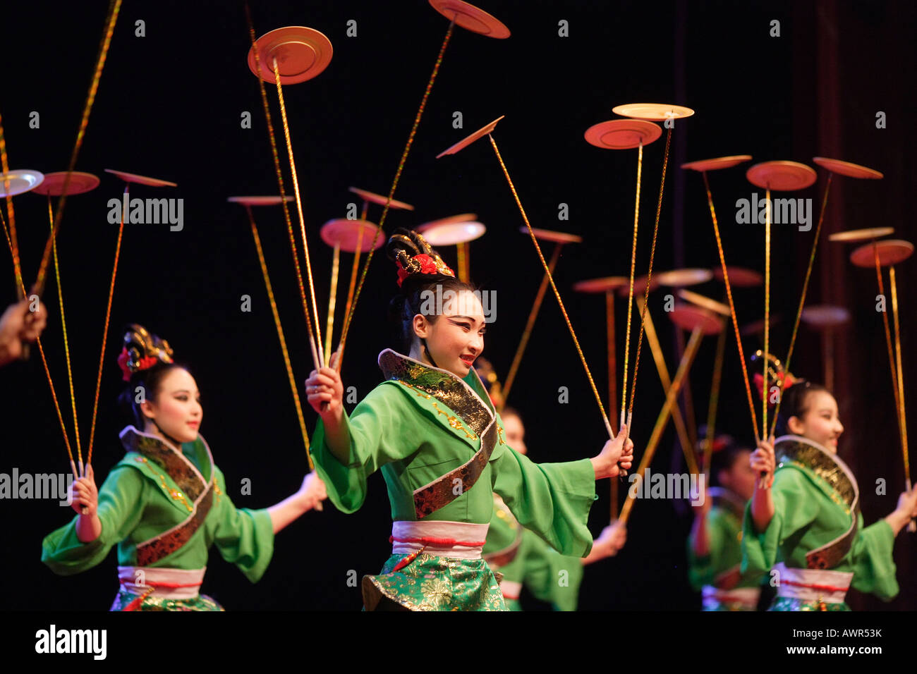 Asiatisches Geschirr Chinese Artists Juggling Dishes Stock Photo: 16638198 - Alamy