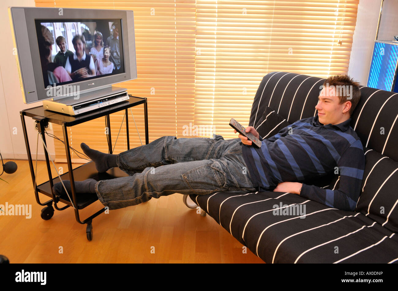 Couch Bequem Teenager Sitting On Couch Watching Tv Stock Photo